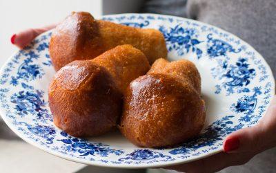 Il babà inzuppato nel rum è uno dei dolci tipici napoletani . Scopriamo insieme la ricetta !